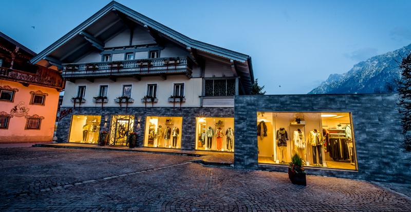 Unser Geschäft in Ebbs mit beleuchteten Schaufenstern