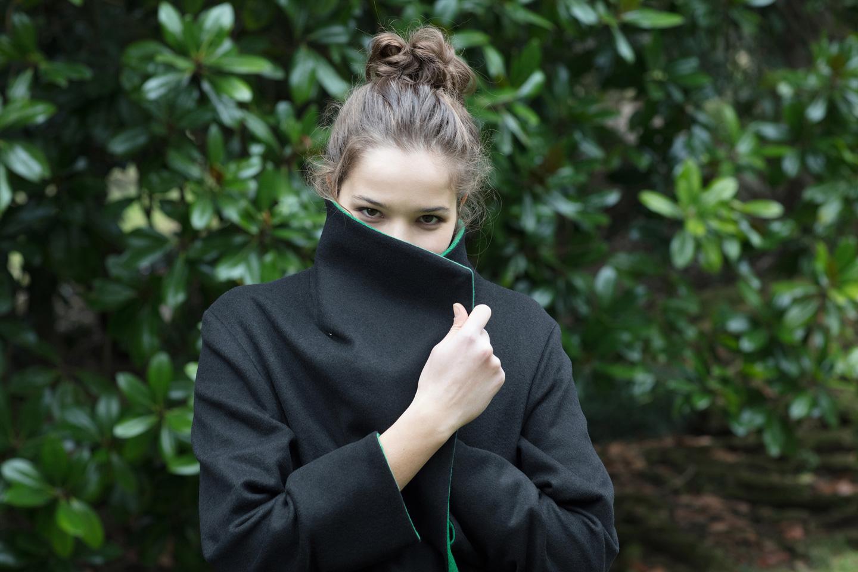 Frau mit schwarzer Jacke